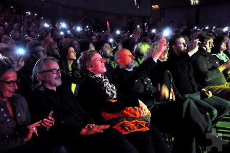 Auch Manager Thomas Ernst (Mitte) winkte der Bigband mit seinem leuchtenden Handy zu. Für ihn war es nach über 20 Jahren das letzte Konzert, das er organisierte. Foto: Reiner Züll/pp/Agentur ProfiPress