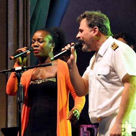 Die Sängerin Bwalya im Duett mit dem Schlagzeuger Ralph Winter. Foto: Reiner Züll/pp/Agentur ProfiPress