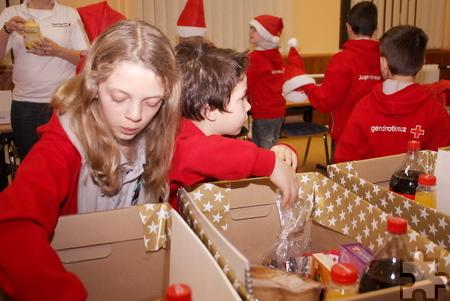 Die Kinder vom Jugendrotkreuz in Mechernich packten fleißig die Weihnachtspakete für die Mechernicher Tafel. Foto: Steffi Tucholke/pp/Agentur ProfiPress