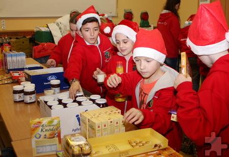 Knödel, Rotkohl, Saft und etwas Süßes: Die Kinder hatten die Lebensmittel so zusammengestellt, dass sie für einen kompletten Weihnachtstag reichen. Foto: Steffi Tucholke/pp/Agentur ProfiPress