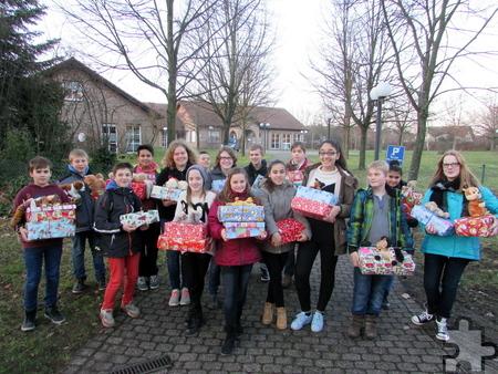 Auf dem Weg zur Weihnachtsfeier ins Mechernicher Dietrich-Bonhoeffer-Haus: Dort überreichten die Gesamtschüler im Rahmen einer Weihnachtsfeier für Flüchtlingsfamilien ihre Geschenke. Foto: Privat/pp/Agentur ProfiPress