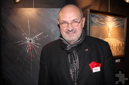 """Gerhard Lenz aus Kommern präsentiert sein neuestes Werk """"Paris"""" mit einer durchschossenen Glasscheibe. Foto: Steffi Tucholke/pp/Agentur ProfiPress"""
