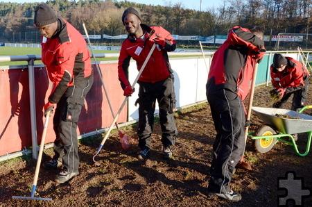Stets freundlich und hoch motiviert sind die freiwilligen Helfer aus Afrika bei der Sache. Foto: Sarah Winter/pp/Agentur ProfiPress