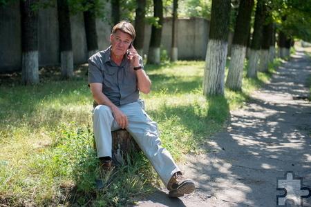 Udo Lielischkies wartet in der Ostukraine am Straßenrand auf ein Interview.  Foto: ARD
