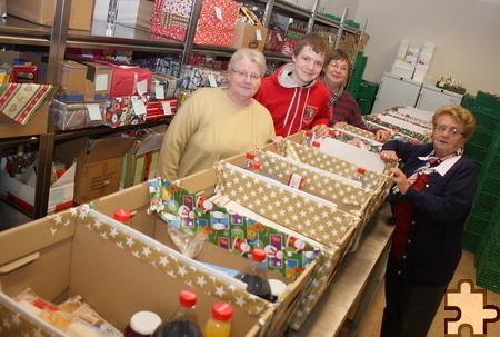 Die Mitarbeiter der Tafel freuten sich über die vielen Weihnachtspäckchen der kleinen Rotkreuzler. Sie werden vor Weihnachten an die Bedürftigen verteilt. Foto: Steffi Tucholke/pp/Agentur ProfiPress