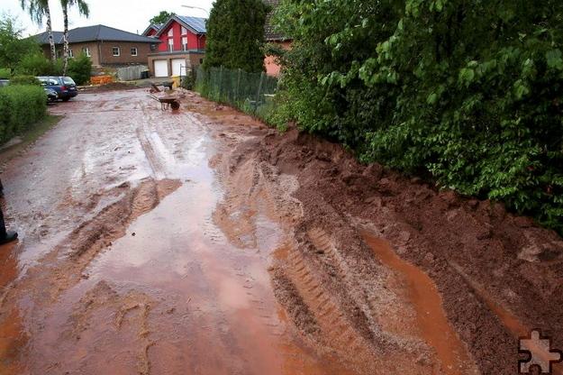 Der sintflutartige Regen und Hagelschlag hat wahre Schlammmassen in der Lückerather Straße in Wallenthal hinterlassen. Foto: Privat/pp/Agentur ProfiPress