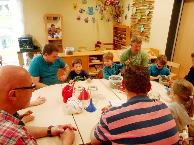 """Im Dollendorfer DRK-Kindergarten """"Die kleinen Strolche"""" experimentierten Väter gemeinsam mit ihren Kindern. Foto: Privat/pp/Agentur ProfiPress"""
