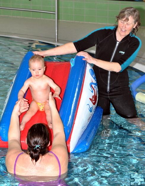 Auf der aufblasbaren Wasserrutsche und unter Aufsicht von Ruth Fehlert können auch schon größere Babys eine Rutschpartie wagen. Foto: Renate Hotse/pp/Agentur ProfiPress
