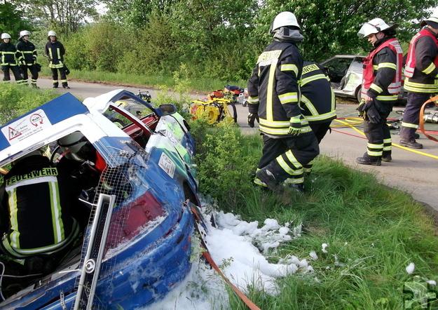 Für die Übung des Löschzuges 4 der Stadt Mechernich wurden die Feuerwehrleute zu einem simulierten Autounfall gerufen. Foto: Achim Nießen/pp/Agentur ProfiPress
