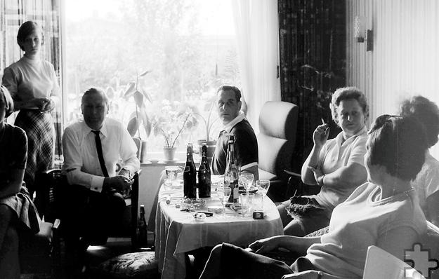 """Private Fotos von 1966 aus dem Rheinland – wie hier ein Familientreffen vor dem Fernseher bei der Fußball-WM – zeigt das LVR-Freilichtmuseum Kommern auf der """"ZeitBlende"""". Foto: Privat"""