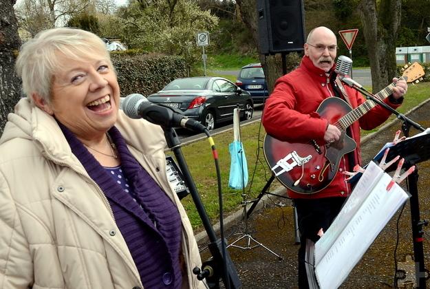 Das in Bleibuir lebende Gospel-Duo Brigitte Tweer-Rieken und Joachim Franz Rieken spielten und sangen ebenfalls beim Fest in und rund um die Alte Schule von Bleibuir. Foto: Manfred Lang/pp/Agentur ProfiPress