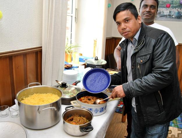 Molla Liakot aus Bangladesch hat typisch bengalisch mit Reis, Huhn und Fisch gekocht, aber auf eine allzu scharfe Zubereitung verzichtet. Foto: Renate Hotse/pp/Agentur ProfiPress