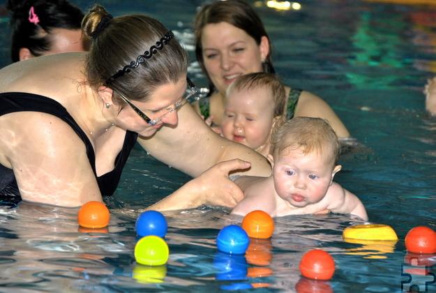 Das Babyschwimmen ist kein klassischer Schwimmkurs, sondern eine fröhliche Spielgruppe zu Wasser. Foto: Renate Hotse/pp/Agentur ProfiPress