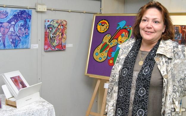 Christine Schirrmacher, Witwe des 2015 verstorbenen Künstlers Merlin Flu, stellt im Bunker Werke ihres Mannes aus. Foto: Renate Hotse/pp/Agentur ProfiPress