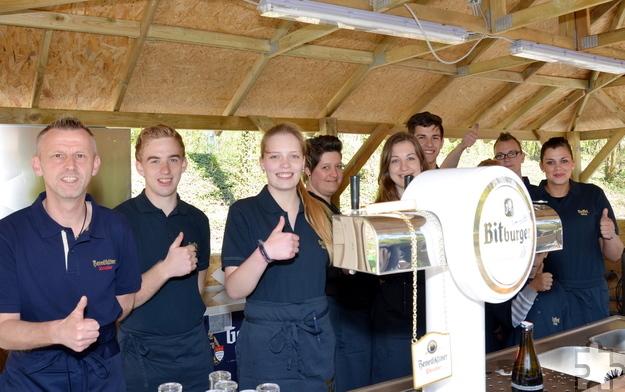 Um 11 Uhr wurde der Biergarten im Mühlenpark eröffnet. Das Kellner- und Serviceteam stellte sich zum Gruppenbild, derweil schon die ersten Gäste Platz genommen hatten. Foto: Manfred Lang/pp/Agentur ProfiPress