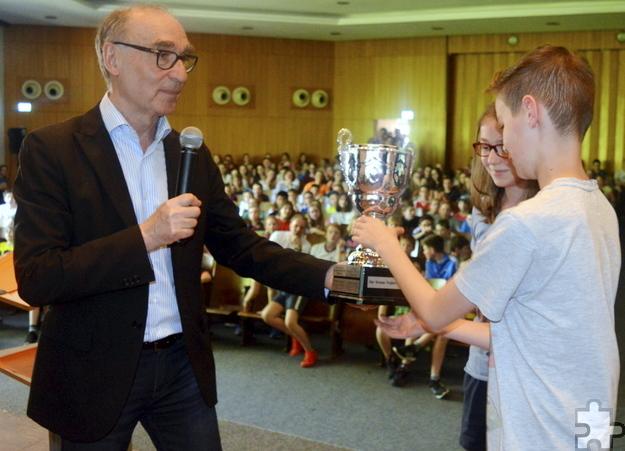 Schulleiter Heinrich Latz überreichte einen Pokal an die Klasse 7c, die mit mehr als 200 gelaufenen Runden beste Klasse beim Sponsorenlauf. Foto: HJK/pp/Agentur ProfiPress