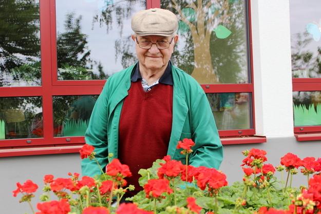 Unter fachkundiger Hilfe von Engelbert Felser, einem Profi-Gärtner im Ruhestand und Ehrenvorsitzenden des Vereins, pflanzten die Kinder eine Geranie nach der anderen ein. Foto: Kirsten Röder/pp/Agentur ProfiPress