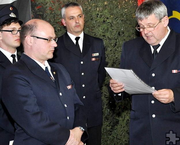 Gemeindewehrleiter Harald Heinen (rechts) befördert den Kaller Löschzugführer Thomas Golüke zum Brandoberinspektor. Foto: Reiner Züll/pp/Agentur ProfiPress