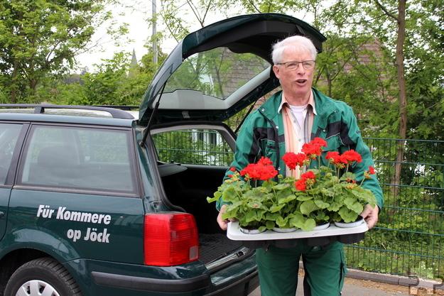 Auch Ortsvorsteher Johannes Ley half mit. Er war viele Jahre der Vorsitzende des Gartenbau- und Verschönerungsvereins, bei dem er sich heute immer noch engagiert. Foto: Kirsten Röder/pp/Agentur ProfiPress