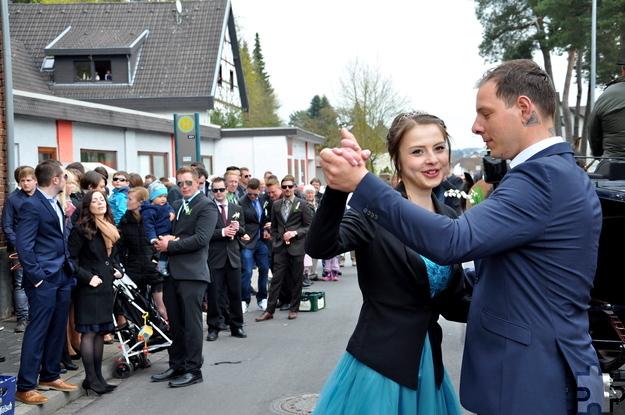 Auf der gesperrten Aachener Straße legte das Maikönigspaar den traditionellen Walzer auf den Asphalt. Foto: Reiner Züll/pp/Agentur ProfiPress