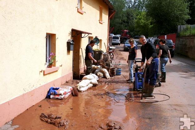 Ortsvorsteher Hans Reiff lobte Feuerwehr und Bauhofmitarbeiter, aber auch jene etwa 30 Schevener, die den vom Hochwasser Betroffenen am Freitag und am Samstag spontan Nachbarschaftshilfe leisteten und beim Entfernen der Schlammmassen auf den Straßen und in den Kellerräumen mit anpackten. Foto: Privat/pp/Agentur ProfiPress