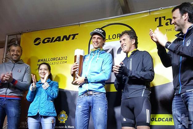 Dominic Aigner mit dem Siegerbier bei der Ehrung. Foto: privat/pp/Agentur ProfiPress