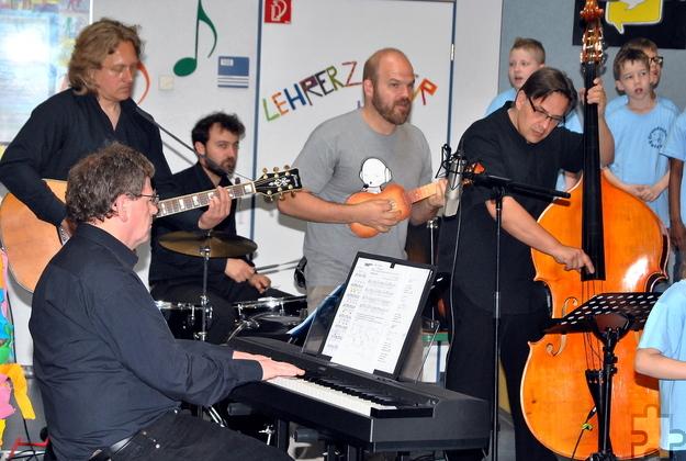 Eine eigens gegründete Elternband, der auch Profimusiker angehören, begleitete die Aufnahme instrumental. Foto: Renate Hotse/pp/Agentur ProfiPress