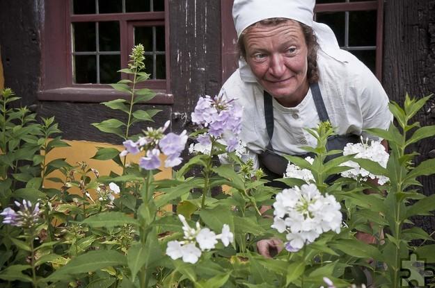 Annette Meylahn ist Museumsbäuerin. Sie betreut den großen Hausgarten am Haus aus Bonn-Kessenich und kennt sich mit alten Küchenkräutern aus. Fotos: Hans-Theo Gerhards/LVR/pp/Agentur ProfiPress