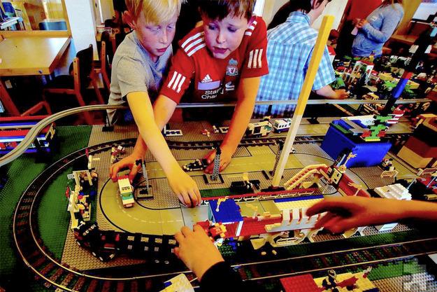 Für das Spielprojekt stehen den Kindern 800 Kilogramm Lego zur Verfügung: Bausätze aller Art und natürlich viele bunte Steinchen für eigene Ideen. Foto: Josia Wiegand/pp/Agentur ProfiPress