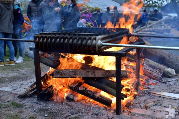 Mittels Lagerfeuer, ausrangiertem Heizkörper und Umwälzpumpe fabrizierten die handwerklich versierten Holzheimer einen Durchlauferhitzter für ihren Mainacht-Behelfspool.  Foto: Zimmermann/pp/Agentur ProfiPress