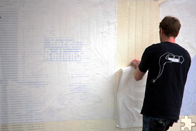 """Die Firma """"Highlightz"""" aus Bonn bringt historische Motive aus Kall mit einem komplizierten Verfahren aus Linienraster und Spraytechnik an die Fassaden. Foto: Steffi Tucholke/pp/Agentur ProfiPress"""