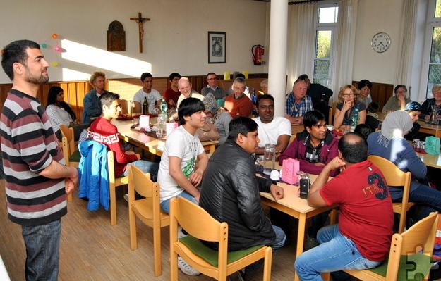 """Bis auf den letzten Platz besetzt war das Strempter Pfarrheim beim Abend """"Speisen aus aller Herren Länder"""", zu dem der Kirchenvorstand St. Rochus und in Strempt und Roggendorf lebende Flüchtlinge eingeladen hatten. Foto: Renate Hotse/pp/Agentur ProfiPress"""
