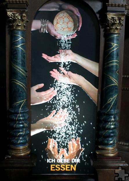 """""""Ich gebe Dir Essen"""" lautet der Titel dieser Foto-Installation, mit der die Steinfelder an das Hungerelend dieser Welt erinnern wollen. Foto: Franz Küpper/pp/Agentur ProfiPress"""
