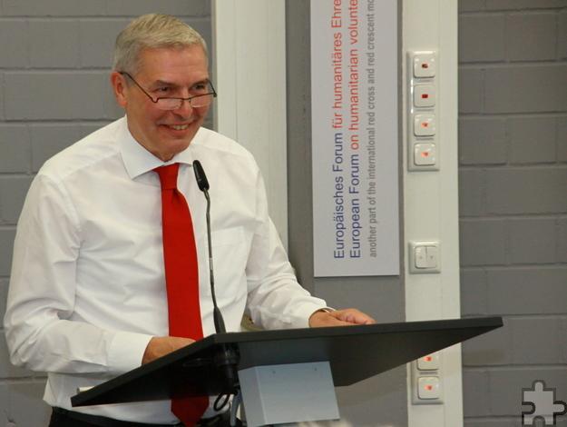 Mit der knallroten DRK-Krawatte von Rolf Zimmermann war Beisitzer und Bürgermeister von Schleiden, Udo Meister, erschienen. Foto: Stephan Everling/pp/Agentur ProfiPress