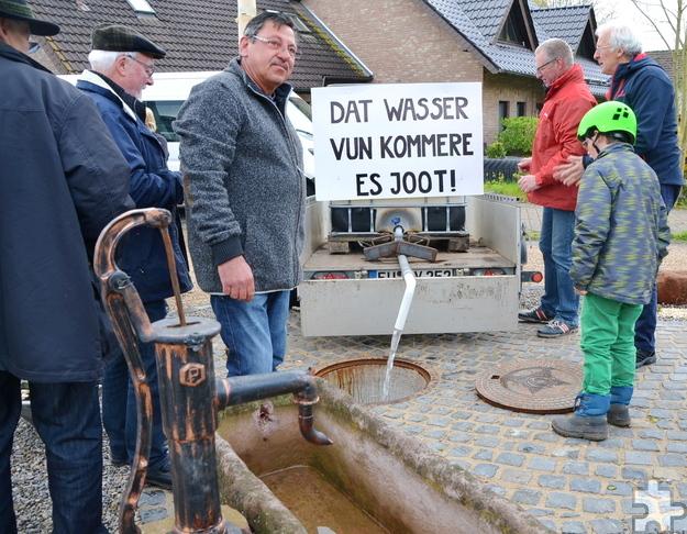 Einem Scherz haben die Katzveyer es zu verdanken, dass ihr Wasser für den neuen Dorfbrunnen extra aus Kommern angeliefert wurde. Foto: Cedric Arndt/pp/Agentur ProfiPress