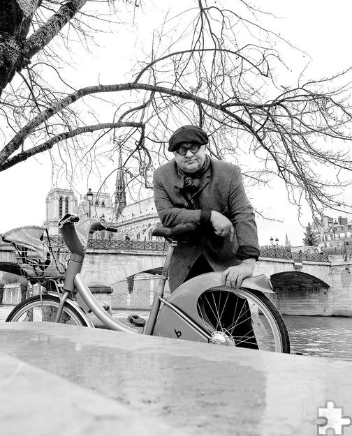 """Vincent Klink ist eine Ausnahmegestalt unter Deutschlands Spitzenköchen. Andere sind """"nur"""" Sternekoch, der Chef des Stuttgarter Restaurants Wielandshöhe ist Gastrosoph, Basstrompeter, Autor, Verleger, Gärtner, Lebenskünstler. Am Sonntag, 13. November, liest er im Jünglingshaus in Eupen aus seinem aktuellen Werk """" Ein Bauch spaziert durch Paris"""". Foto: Verlag/pp/Agentur ProfiPress"""