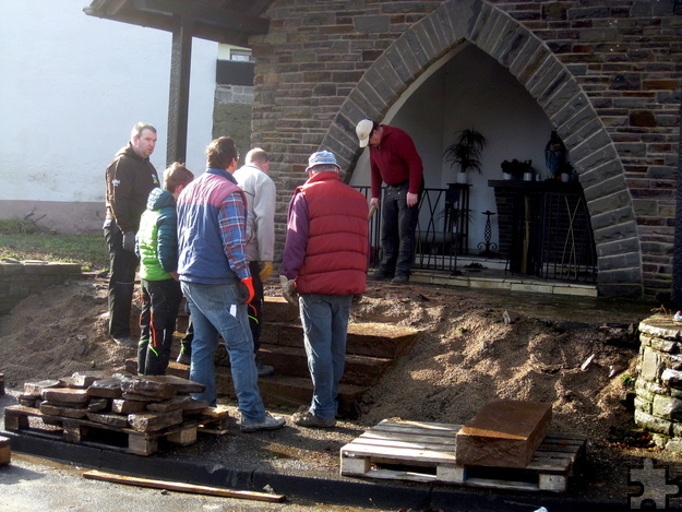 Mit vereinten Kräften wurden Stufen und Platten aus Natursteinen verlegt. Foto: Willi Zervos/pp/Agentur ProfiPress