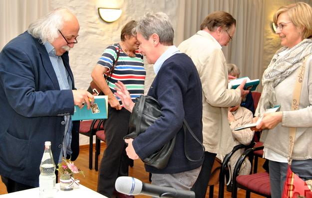 Im Anschluss an die Lit.Eifel-Lesung signierte der Autor bereitwillig die mitgebrachten Bücher. Foto: Renate Hotse/pp/Agentur ProfiPress