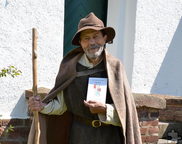 """Obwohl Prof. Dr. Ulrich Mehler (74) ein profilierter Wissenschaftler ist, sind seine literarischen Werke wie sein neuestes Buch """"Parzifal"""" ausgesprochen kurzweilig und spannend erzählt. Statt klassischen Lesungen bevorzugt der Wahl-Eifeler aus Bleibuir  im Gewand des """"Schäfers Uldarich"""" die freie Erzählung. Foto: Sarah Winter/pp/Agentur ProfiPress"""
