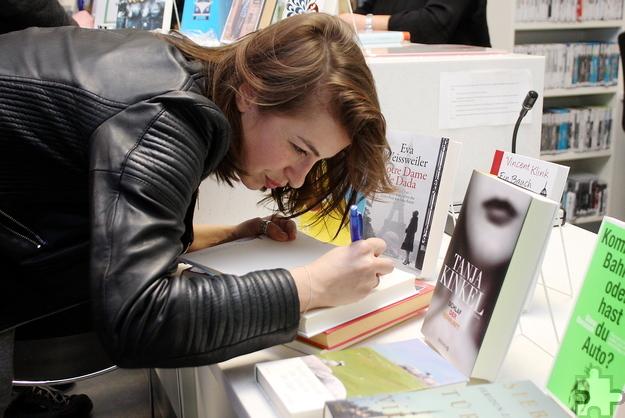 Im Anschluss an die Lesung signierte Kat Kaufmann die Bücher der Lit.Eifel-Gäste. Foto: Steffi Tucholke/pp/Agentur ProfiPress