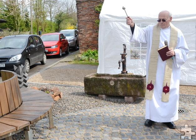 Vor der feierlichen Einsegnung des neuen Katzveyer Dorfbrunnens lobte Pfarrer Hans Fuhs die geleistete Gemeinschaftsarbeit. Foto: Cedric Arndt/pp/Agentur ProfiPress