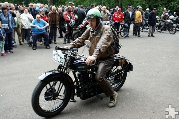 """Ein Oldie der Marke """"Ariel"""" geht bei einem früheren Motorrad-Veteranentreffen im Kommerner Mühlenpark an den Start. Foto: Frank Frings/pp/Agentur ProfiPress"""