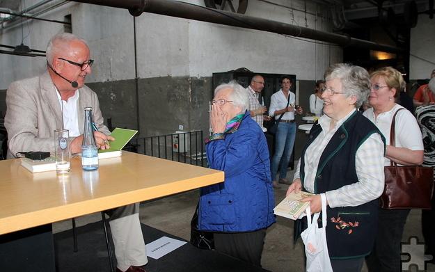 """Viele Besucher nutzten die Gelegenheit und ließen sich ihr """"Eifel-Doc""""-Exemplar vom Autor signieren.  Foto: Claudia Hoffmann/pp/Agentur ProfiPress"""