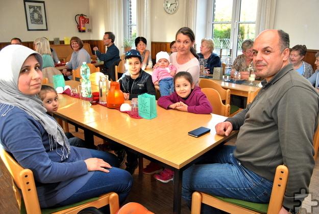 Organisatorin Sabine Söller-Muth vom Kirchenvorstand St. Rochus mit Abdullah Taktak, Koch aus Syrien, und seiner Familie. Foto: Renate Hotse/pp/Agentur ProfiPress