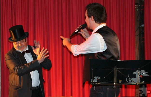 """Minge Brooder unn ich"""" von den """"Höhnern"""", das einzige Lied, das """"Mager & Lang"""" gemeinsam intonierten, riss das Publikum zu Lachsalven hin. Foto: Claudia Hoffmann/pp/Agentur ProfiPress"""