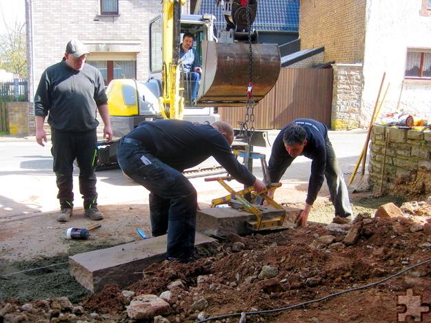 Auch die ortsansässigen Bauunternehmer Peter Schneider und Rainer Braun packten mit an. Foto: Willi Zervos/pp/Agentur ProfiPress