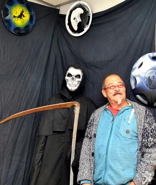 """Der Euskirchener Hobbykünstler Uwe Rhiem in seiner """"düsteren Ecke"""". In einem weiteren Raum präsentiert er bunt bemalte Radkappen, die er am Straßenrand aufgelesen hat. Foto: Renate Hotse/pp/Agentur ProfiPress"""