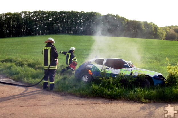 Täuschend echt wirkte der nachgestellte Unfall an einem Wirtschaftsweg zwischen Vussem und Harzheim, bei dem es sogar im Fahrzeuginneren brannte. Foto: Achim Nießen/pp/Agentur ProfiPress