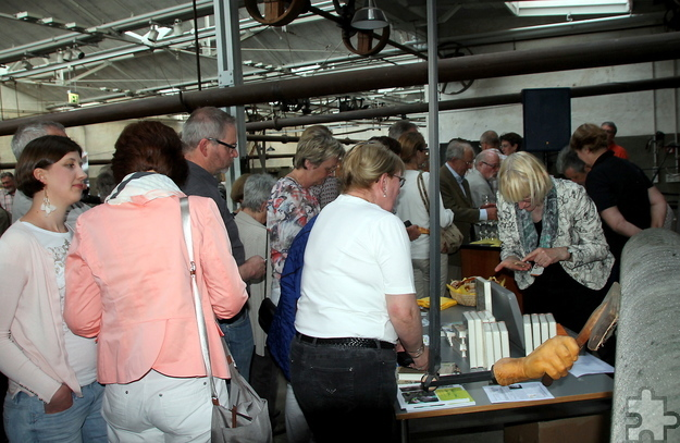 Am Büchertisch des Euskirchener Buchhandlung Rotgeri bildete sich während der Lesepause von Manni Lang und Frajo Zumbé eine lange Warteschlange. Foto: Claudia Hoffmann/pp/Agentur ProfiPress