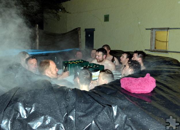 Der 2,20 mal 1,20 mal 0,9 Meter große Pool wurde mit Hilfe von vier Quader-Strohballen und 16 Quadratmetern Siloplane in der Nähe des alten Feuerwehrgerätehauses gebaut. Foto: Zimmermann/pp/Agentur ProfiPress